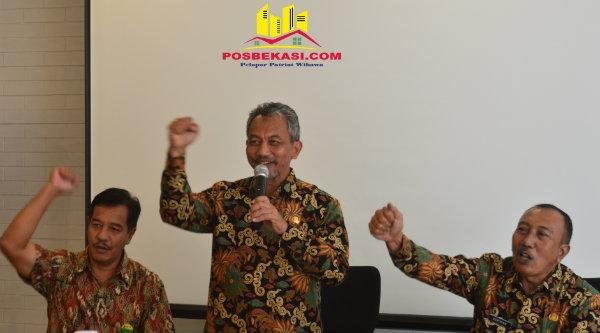 Wawali Kota Bekasi Ahmad Syaikhu membuka pertemuan pimpinan dan pengurus BUMD, Kamis 8 Desember 2016.[ISH]