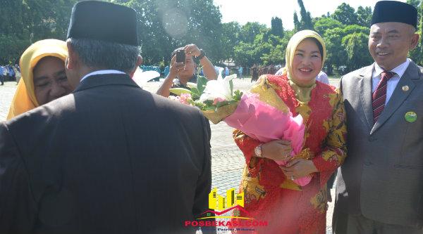 Wakil Walikota Bekasi Ahmad Syaikhu beri ciuman pada istri di Hari Ibu, Kamis 22 Desember 2016.[BEN]