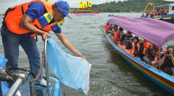 Wakil Walikota Bekasi H Ahmad Syaikhu saat menbaur benih ikan di Waduk Jatiluhur.[ISH]