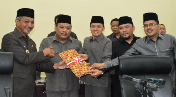 Wakil Walikota Bekasi H Ahmad Syaikhu menyerahkan draf RAPBD kepada Ketua DPRD Kota Bekasi H Tumai.[EZI]