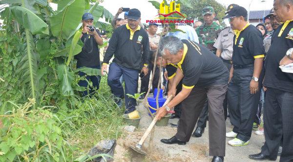 Wakil Walikota Bekasi Ahmad Syaikhu tanam pohon pada peringatan hari Cinta Puspa dan Satwa, Kamis 22 Desember 2016.[ISH]