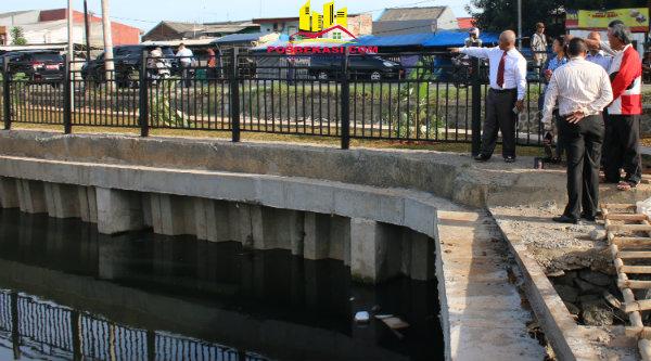 Walikota Bekasi, Rahmat Effendi, meninjau pekerjaan tandon air Irigasi Danita, Kecamatan Bekasi Timur, Kamis 22 Desember 2016.[BEN]