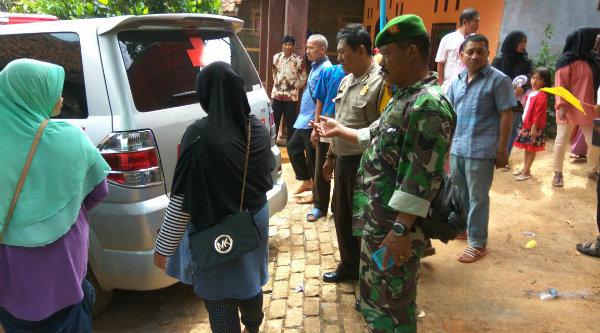 Tiga Pilar Setu mengantarkan jenazah tokoh masyarakat Kampung Cisaat saat dibawa untuk dimakamkan di TPU Cikunir Jatiasih.[IMA]