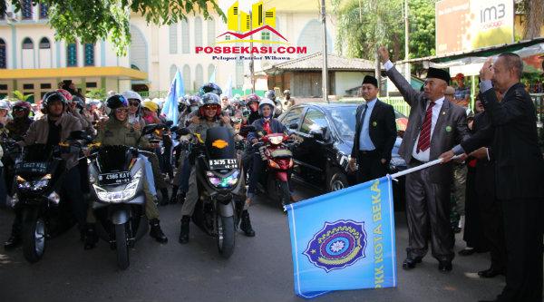 Walikota Bekasi Rahmat Effendi dan Wakil Walikota Bekasi Ahmad Syaikhu melepas touring Dharma Wanita memperingati Hari Ibu, Kamis 22 Desember 2016.[BEN]