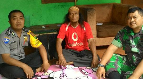 Bimaspol Burangkeng Bripka Harry Cahyono dan Bhabinsa Burangkeng Serma Kustarto bersama Ustadz Keeling.[IMA]