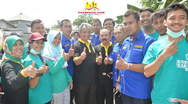 Wakil Walikota Bekasi Ahmad Syaikhu bersama masyarakat pada peringatan hari Cinta Puspa dan Satwa, Kamis 22 Desember 2016.[ISH]