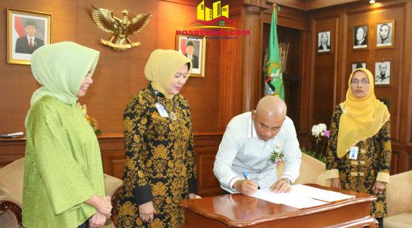 Walikota Bekasi, Rahmat Effendi, menandatangani (MoU) Sistem Informasi Kredit Program, di Gedung Sate Bandung, Jumat 17 Desember 2016.[BEN]
