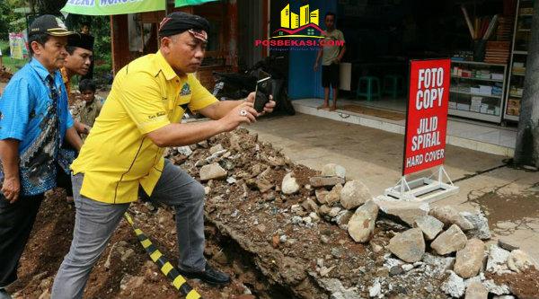 Walikota Bekasi Rahmat Effendi saat memotret pekerjaan proyek parit.[DOK]