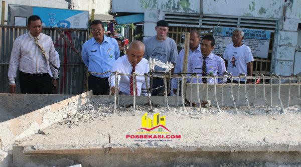 Walikota Bekasi Rahmat Effen saat sidak pelebaran Jalan Pertigaan Underpass Bekasi Timur memperhatikan pasangan coran jalan.[BEN]