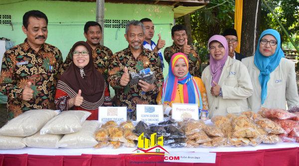 Wakil Walikota Bekasi H Ahmad Syaikhu bersama peserta bazar pada Gebyar HKSN 2016 Kota Bekasi  di Hall Gor Basket Kota Bekasi, Kamis 8 Desember 2016.[ISH]