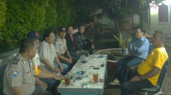 Padal Aiptu Parjiman bersma anggota melakukan patroli dialogis dan berbincang-bincang dengan, Dr.Nasir, Pemilik RS Aprilia Setu.[RAD]