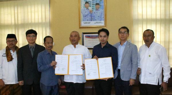 Walikota Bekasi Rahmat Effendi, menandatangani MoU study perbaikan sistem pengolahan air yang berada di Kota Bekasi dengan pihak swasta dari perusahaan NOX Korea.[BEN]