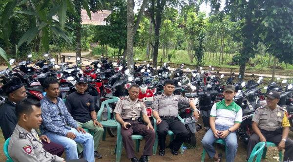 Aparat Polsek Setu melaksanakan pengamanan Maulid Nabi Muhammad SAW di RT01/03 Kampung Cibungur, Rabu 21 Desember 2016.[HSB]