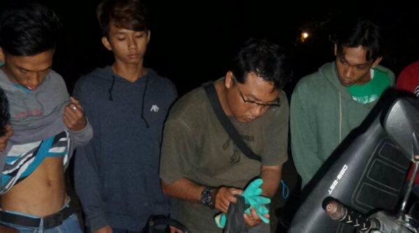 Sejumlah pengendera yang tengah melintas pada malam menjelang dinihari diperiksa dan digeledah oleh Operasi Cipkon Polsek Setu.[EZI]