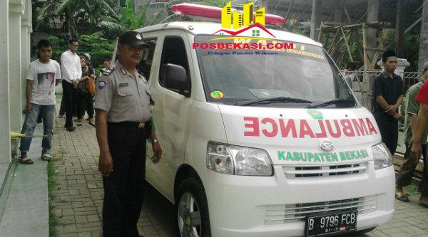 Bhabinkamtibmas Lubangbuaya Aiptu Paimun membawa ambulance mengantar jenazah Totok korban kebakan Hotel Grand Paragon ke TPU Lubangbuaya, Selasa 3 Januari 2017.[EZI]