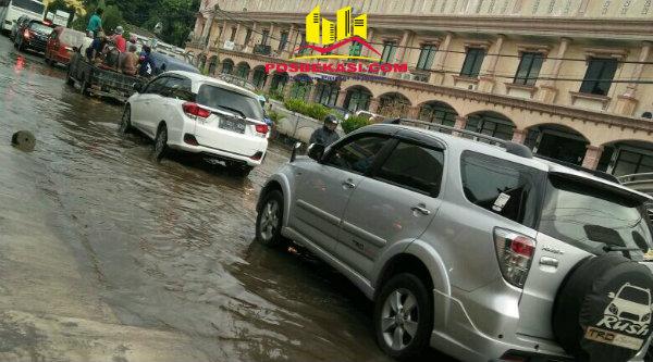 Akibat genangan air terjadi antrian kenderaan.[BEN]