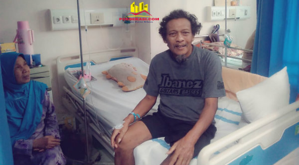 Warga RT007 Sutrisno yang dirawat di RSUD Kota Bekasi ditemani sang istri bahagia mendapat kunjungan dari warga BTR.[RAD]