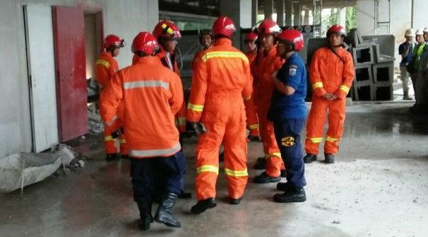 Tim Basarnas saat melakukan evakuasi korban tertimbun reruntuhan tangga darurat apartemen Grand Kamala Lagoon, Kota Bekasi.[IST]