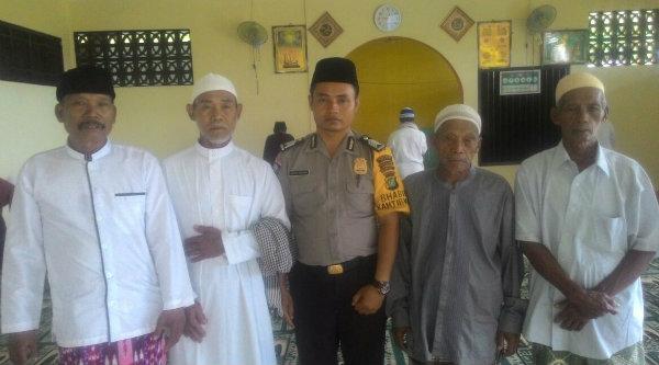 Bhabinkamtibmas Desa Cijengkol, Bripka Asfar Arochim, bersama tokoh agama dan masyarakat usai melaksanakan sholat Jumat di Masjid Al Rohmah, Kampung Lubangbuaya, Jumat 13 Januari 2017.[RAD]
