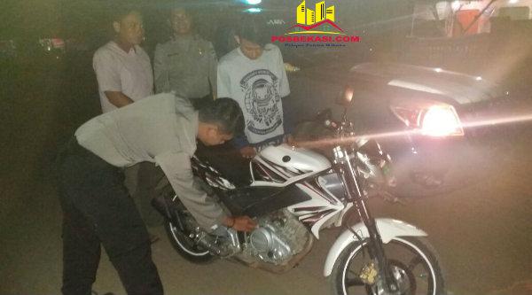 Anggota Polsek Muara Gembong yang tengah melakukan pemeriksaan kenderaan saat di gelar Cipkon, Kamis 19 Januari 2017.[HSB]