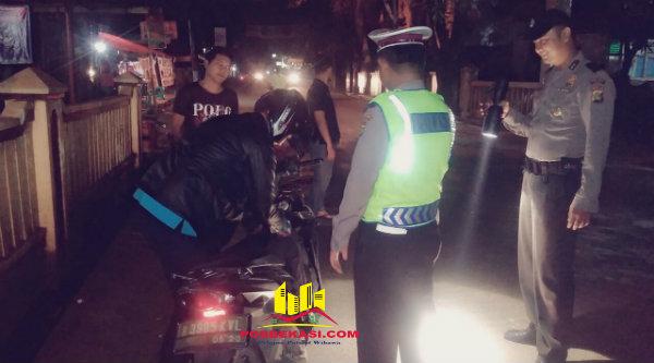 Seorang pengendera sepeda motor diperiksa kelengkapan surat-surat kenderaan dan barang bawaan pada operasi Cipkon yang digelar pada Sabtu 21 Januari 2017 dinihari.[MET]
