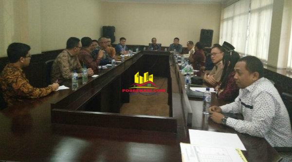 Komisi I DPRD Kota Bekasi melakukan pertemuan dengan management Grand Kamala Lagoon di Ruang Aspirasi DPRD Kota Bekasi, Jalan Chairil Anwar, Senin 9 Januari 2017.[BEN]