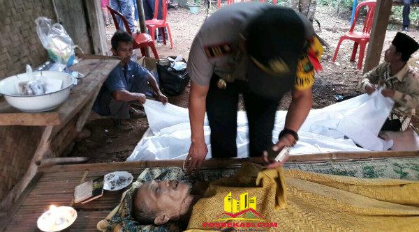 Kapolsek Setu AKP Agus Rohmat saat memeriksa kondisi mayat Ranin yang tewas gantung diri di teras rumah korban di Kampung Nawit, Selasa 3 Januari 2017.[ZAI]