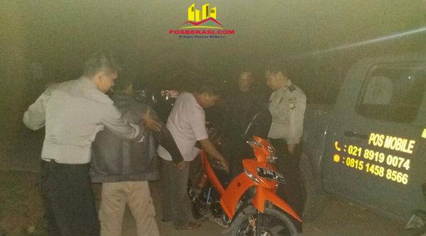 Petugas operasi Cipkon Polsek Muara Gembong tengah melakukan pemeriksaan terhadap warga dan barang bawaannya.[HSB]