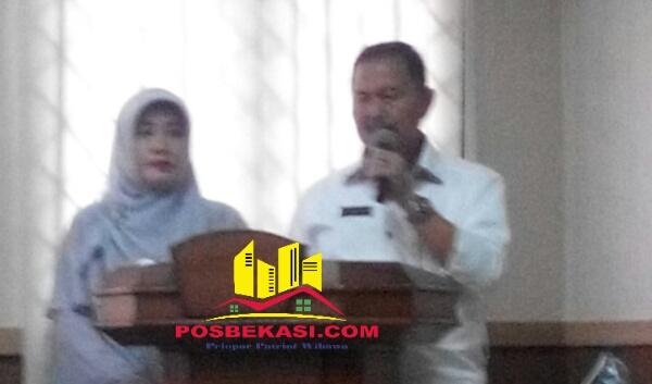 Camat M Nanti bersama istri saat lepas sambut dengan Camat sebelumnya Adeng Hudaya di Aula Kecamatan Setu, Rabu 11 Januari 2017.[HSB]