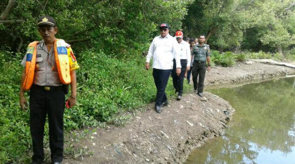 Kapolsek Muara Gembong, AKP Sigit Sudarmono bersama staf khusus KLHK yang meninjau konservasi hutan lindung dan hewan dilindungi Lutung Jawa, di Pantai Bahagia, Kamis 5 Januari 2016.[BEN]