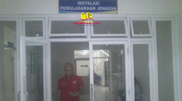 Joko, petugas forensik kamar mayat RSUD Kota Bekasi.[EZI]