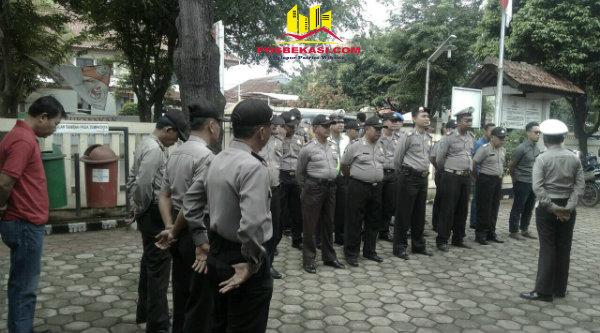 Kanit Lantas Polsek Setu, Iptu Hery Setiawan memberi arahan penerapan peraturan tilang pada anggota untuk disosialisasikan pada masyarakat.[OJI]