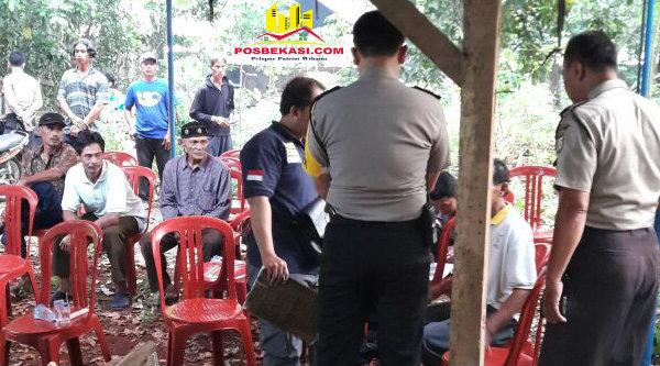 Kapolsek Setu AKP Agus Rohmat (membelakangi lensa) bersama penyidik Polsek Setu saat meminta keterangan sejumlah saksi dan keluarga korban yang menolak untuk di otopsi.[ZAI]