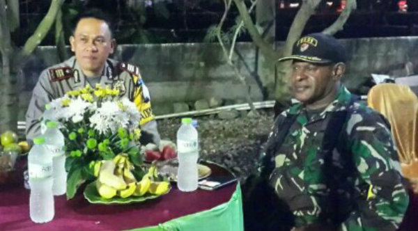 Kapolsek Setu AKP Agus Rohmat dan Danramil/06 Setu Kaptain TNI Ismail saat memantau pengamanan pergantian malam tahun baru 2017.[EZI]
