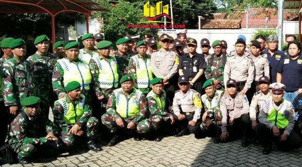 Kapolsek Setu, AKP Agus Rohmat bersama jajarannya dan anggota TNI dari Koramil/06 Setu.[RAD]