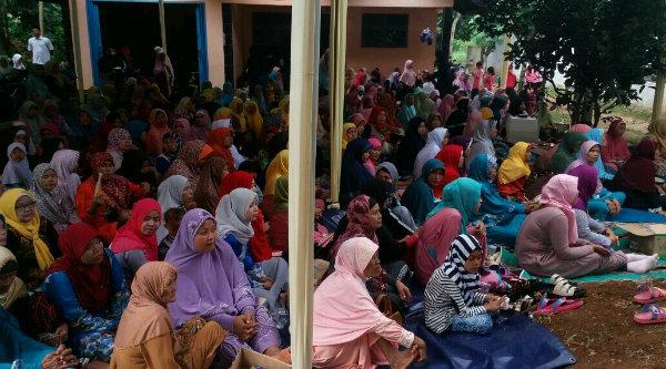 Peringatan Maulid Nabi Muhammad SAW di Kampung Cinyosog dipenuhi kaum ibu.[SUB]