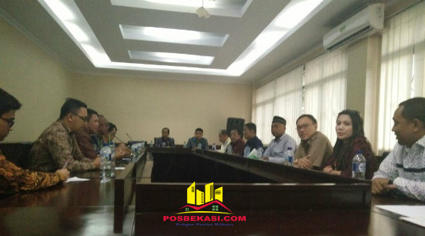 Pertemuan Komisi I DPRD Kota Bekasi dengan kontraktor Apartemen Grand Kamala Lagoon, PT PP di Gedung DPRD Kota Bekasi, Jalan Chairil Anwar, Senin 9 Januari 2017.[BEN]