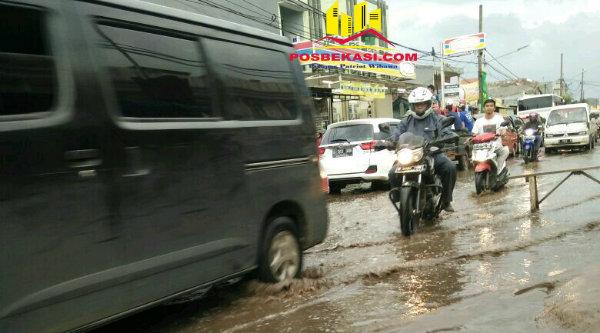 Genangan air menutup badan jalan.[BEN]