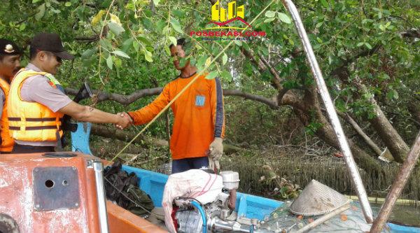 Kanit Patroli Polsek Muara Gembong, Aipda M Muji menyampaikan pesan Kamtibmas saat bertemu seorang nelayan.[HSB]