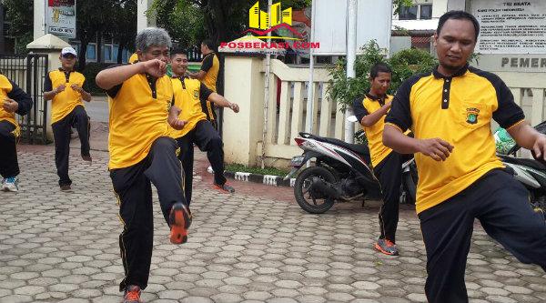 Anggota Polsek Setu melaksanakan kegiatan olahraga setiap Jumat pagi.[HSB]