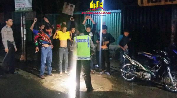 Pemeriksaan dan penggeledahan terhadap warga yang melintasi daerah Operasi Beranting, Minggu 22 Januari 2017 dinihari.[RIS]