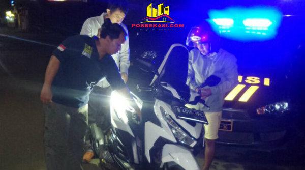 Operasi Cipkon malam hari yang digelar Polsek Setu memeriksa kenderaan roda dua pada Rabu 25 Januari 2017 dinihari.[RIS]