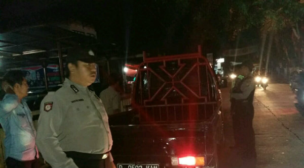 Anggota patroli mobile Polsek Setu melakukan pemeriksaan terhadap kenderaan pada malam hari.[RAD]