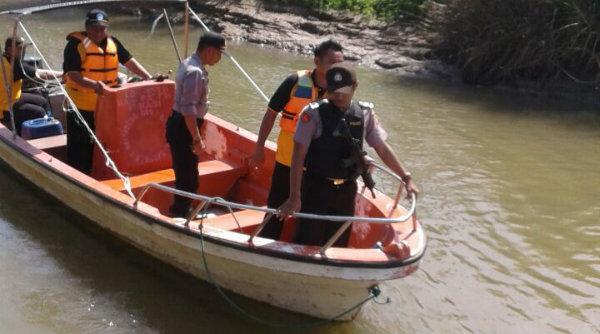 Kapolsek Muara Gembong, AKP Sigit Sudarmono bersama Waka Polsek Iptu Rusbrata pantau perairan cegah penyeludupan.[SUB]