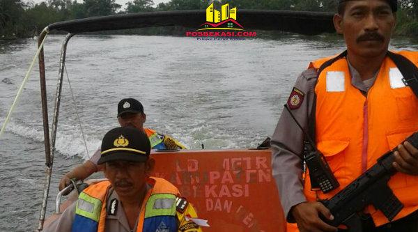 Kapolsek Muara Gembong, AKP Sigit Sudarmono saat melakukan patroli air di perbatasan perairan laut Jawa.[HSB]
