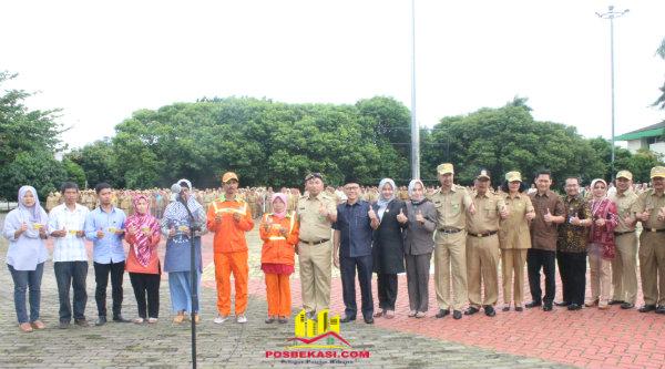 Walikota Bekasi Rahmat Effendi bersama jajarannya meluncurkan Kartu Sehat Kota Bekasi berbasis Nomor Induk Kependudukan (NIK) di Plaza Pemerintah Kota Bekasi, Senin 16 Januari 2017.[ISH]