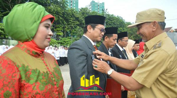 Wakil Walikota Bekasi Ahmad Syaikhu memberikan penghargaan pada peringatan HAB Kementerian Agama Ke-71 Tingkat Kota Bekasi, Selasa 3 Januari 2017.[ISH]