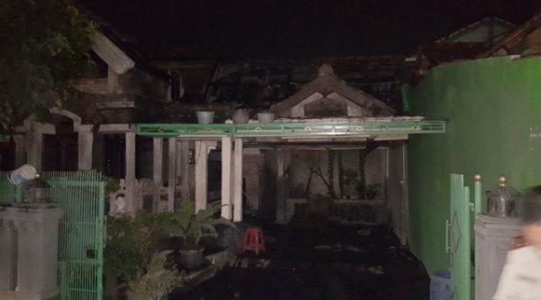 Rumah milik korban Ngatno di Kampung Bendungan yang terbakar.[RIS]