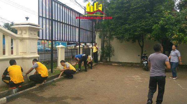 Anggota Polsek Tambun saat Sabsih membersihkan lingkungan menjadi bersih dan nyaman.[HSB]
