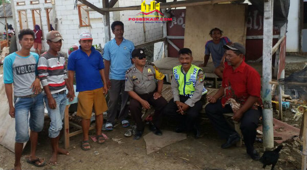 Anggota Polsek Muara Gembong melakukan patroli sambang kampung.[EZI]